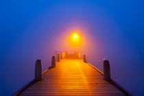 Jetty on a foggy morning at dawn von Sara Winter