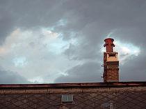 Schornstein vor dunklem Himmel von cbies
