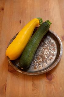 Gelbe und grüne Zucchini auf Kupferteller von lizcollet