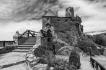 Burg Thurant - Eingang s/w by Erhard Hess