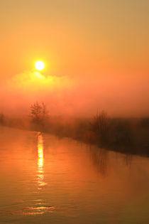 Sonnenaufgang über Wolken und Fluss von Bernhard Kaiser
