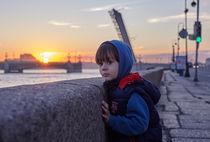 The child,dawn, white nights, Saint-Petersburg, the Neva river, the Neva river, sunrise,bridge von Maksim Drozdov