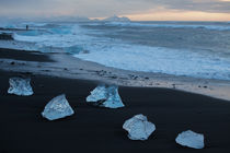 Icebergs on beach in Iceland von Frank Tschöpe