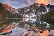 Morskie Oko lake in the Tatra Mountains, Poland at sunset von Sara Winter