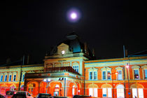 Full Moon Above Norwich Train Station, England von Vincent J. Newman