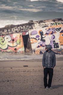 Portrait vor Bunker am Strand von Jochen Conrad
