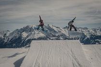 Snowboarder springen synchron von Jochen Conrad