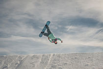 Snowboarder performing Superman backflip von Jochen Conrad