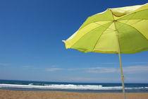 Sonnenschirm am Strand von Jochen Conrad
