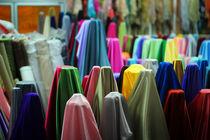 Farbenfrohe Stoffe auf Markt in Thailand von Jochen Conrad
