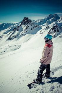 Snowboarder vor Alpenkulisse von Jochen Conrad