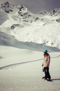 Snowboarder vor Bergkulisse von Jochen Conrad