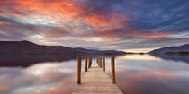 Flooded jetty in Derwent Water, Lake District, England at sunset von Sara Winter