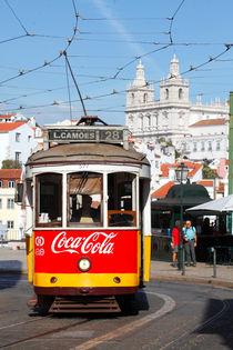 Lissabon : alte Strassenbahn in der Alfama von Torsten Krüger