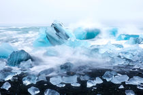 Ice rocks on a black sand beach in Iceland von nilaya