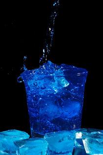 Blue curacao cocktail splash von nilaya