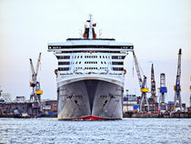 Queen Mary 2, Hamburg by Christoph Stempel