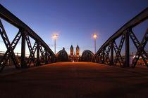 Blaue Stunde auf der blauen Brücke von Patrick Lohmüller