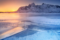Frozen fjord on the Lofoten in northern Norway von Sara Winter