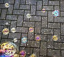 Seifenblasen auf schwarzem Pflaster von Martina Lender-Frase