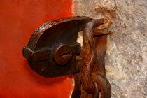 Auch eine schwere Türe hat nur einen kleinen Schlüssel nötig by lizcollet