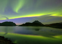 Aurora borealis - Fjord auf den Lofoten von gugigei