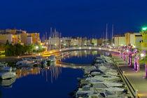 Der Yachthafen in Grussian in Südfrankreich nach Sonnenuntergang by Thomas Klee