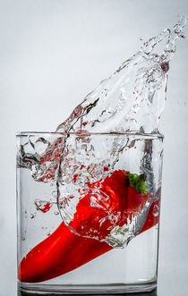 Rote Paprika im Glass Wasser gefallen von Bogdan Heredea