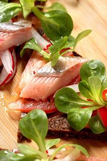 Matjes mit Salat und Pumpernickel von lizcollet