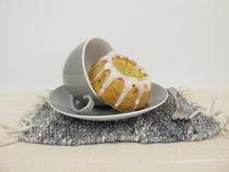 Gugelhupf mit Zuckerguss in einer Tasse by Heike Rau