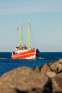 Fischerboot auf der Ostsee vor Warnemünde by Rico Ködder