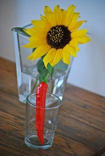 Stillleben mit Sonnenblume und Peperoni... von loewenherz-artwork