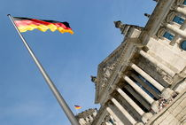 Reichstag mit Fahne by Rainer F. Steußloff