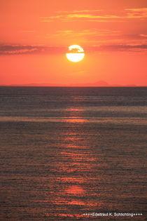 Glutroter Sonnenuntergang am Meer ... Abendstimmung von Edeltraut K.  Schlichting