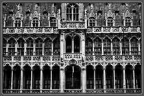 Grand Place Of Brussels Black and white von tastefuldesigns