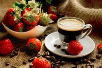 Espresso und frische Früchte im Kontrast von Tanja Riedel