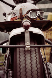 Helm auf einem Motorrad by renard