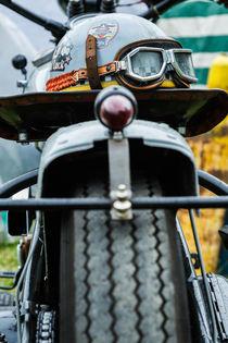 Helm auf einem Motorrad von sven-fuchs-fotografie