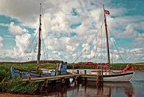 Fischerboote im Fjord by Thomas Plag