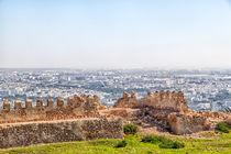 Blick von einem Berg auf die  afrikanische Hafenstadt Agadir von Gina Koch