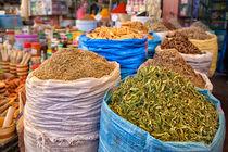 Bunte Gewürze, Kräuter und Saaten auf einem orientalischen Markt  von Gina Koch