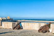 Historische Kanonen stehen in der portugiesischen Festungsstadt El Jadida in Marokko by Gina Koch