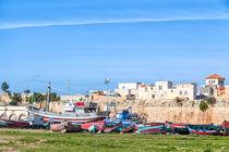 Boote werden ausgebessert vor den Mauern der portugiesischen Festungsstadt El Jadida in Marokko von Gina Koch