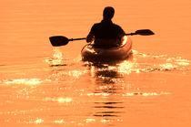 Mann-paddelt-mit-schlauchboot-in-den-sonnenuntergang-7994-1-1