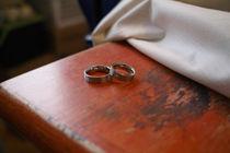 Verlobungsringe auf einem Holztisch by Felix Meier