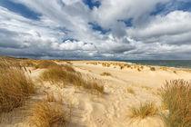 Strand mit Wolkenhimmel auf Sylt von Annett Mirsberger