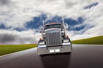 Amerikanischer Truck fährt auf der Landstraße von fotowelt-luebeck