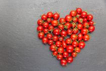 rotes Herz aus kleinen roten Tomaten von fotowelt-luebeck
