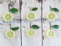 fresh lemons with green leaves on the wood von timla