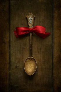 Red bow and ornamented spoon von Jarek Blaminsky